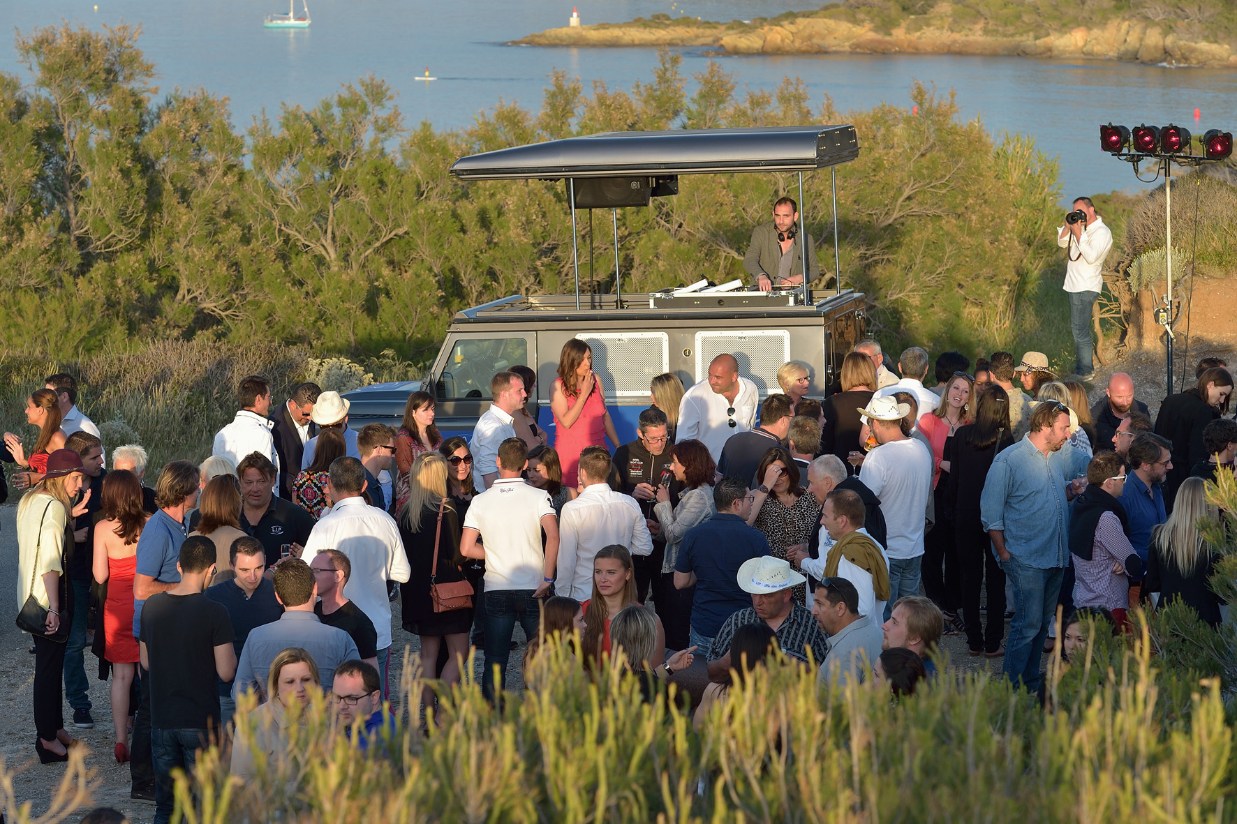 dj truck france, réalisation dj truck, new beat production, iles des embiez dj, 10 ans LIP, dj truck, pop top events, street marketing, marketing opérationnel, événement, son, lumière, véhicule évènementiel, Land Rover, sono mobile, dj mobile, event car, voiture dj, 4x4 dj, dj outdoor, événement outdoor, sonorisation mobile, voiture musicale, 4x4 musical, déambulation musicale, dj extérieur, dj plein air, communication originale